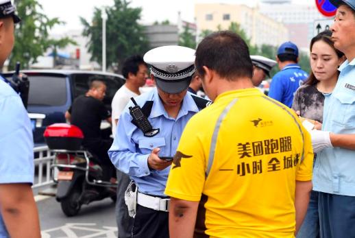 北京交通警察在全市151處主要路口設置常態化管控崗位,嚴查快遞、外賣企業電動自行...