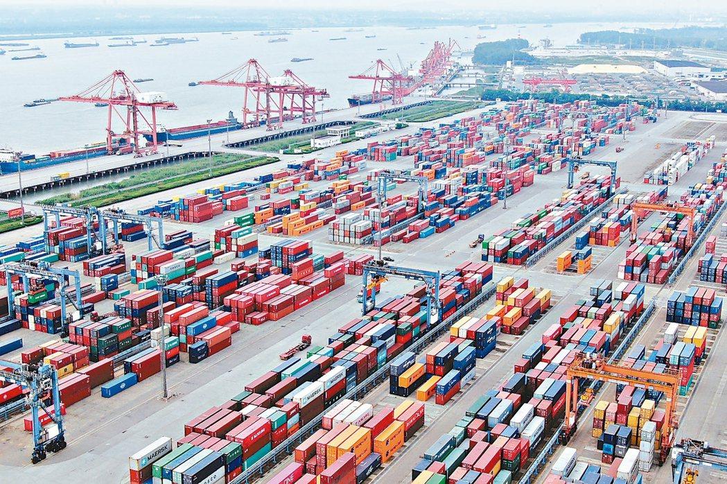 大陸9月進出口降幅均超出預期,其中出口下滑3.2%,降幅創七個月最大。圖為南京龍...