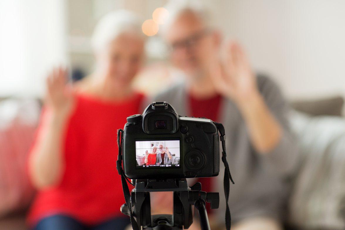 金管會要求針對70歲以上長者買投資型保單須錄音錄影A。情境示意圖。圖/Ingim...