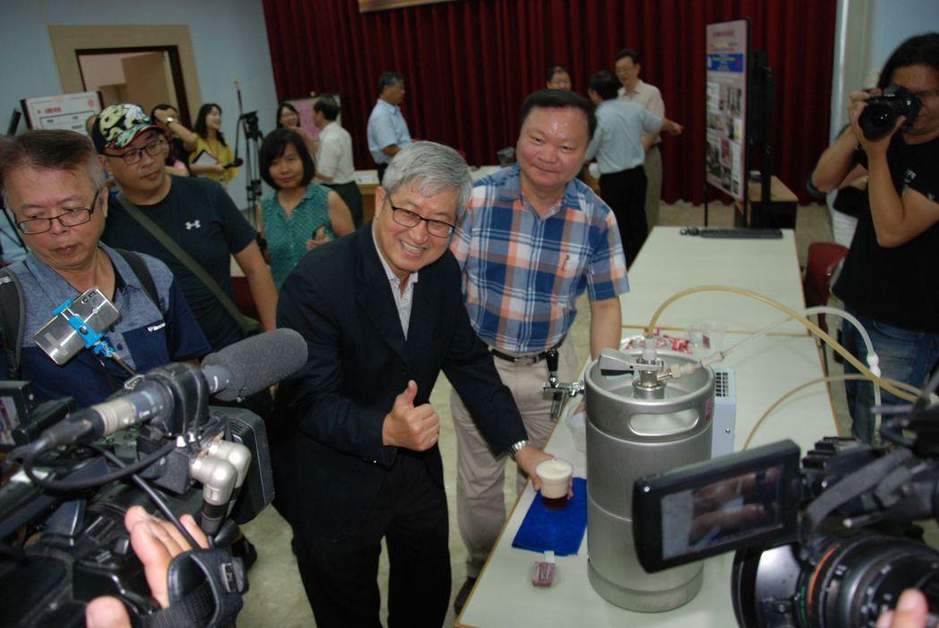 高師大校長吳連賞對媒體表示,這款啤酒品質很好,口感綿密,香甜,目前新創團隊正在著...