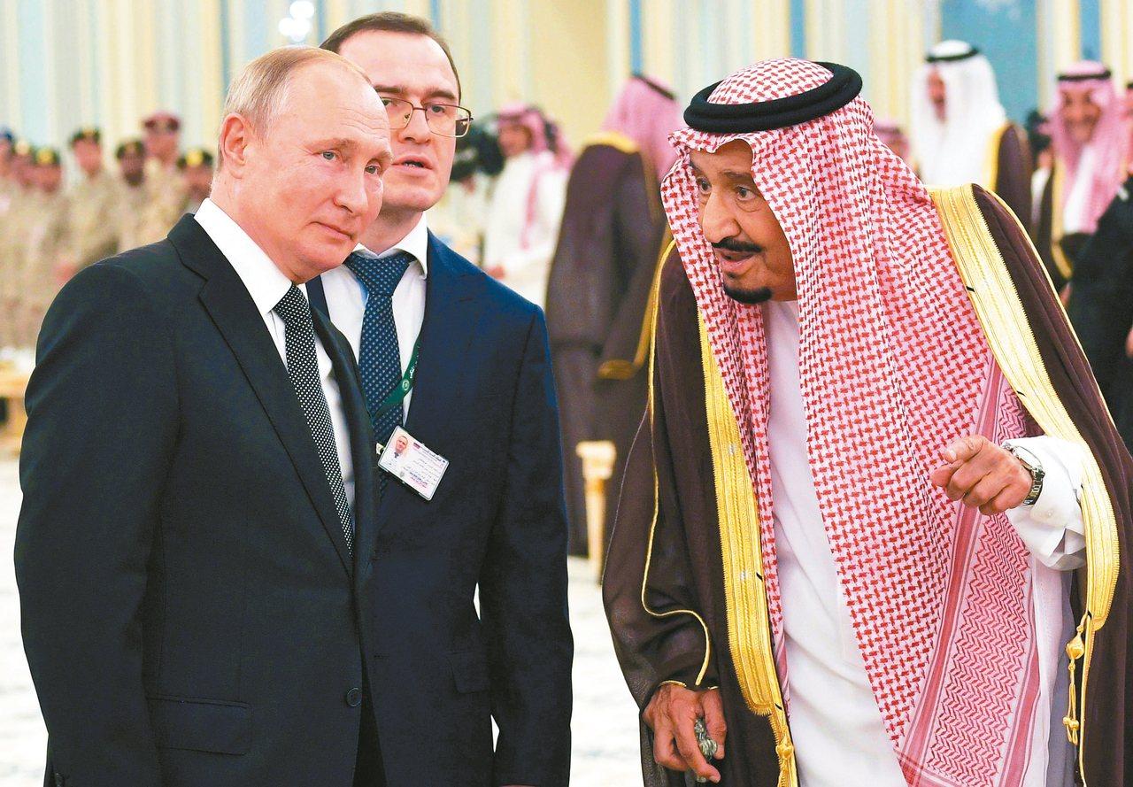 俄羅斯總統普亭14日造訪沙烏地阿拉伯,受到沙爾曼國王熱情接待。 路透