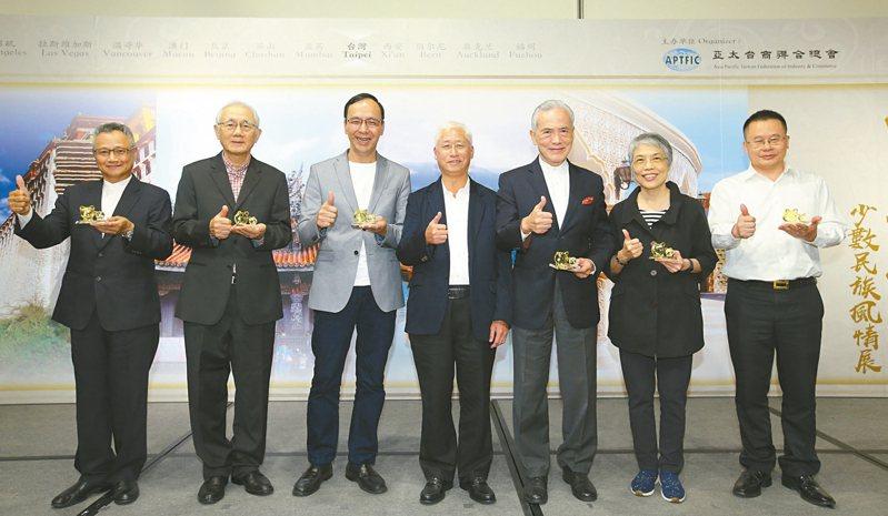 「錦繡河山攝影展」昨開幕,前新北市長朱立倫(左三)與香港亨達集團創辦人鄧予立(左四)等人出席。 圖/亞太台商總會提供