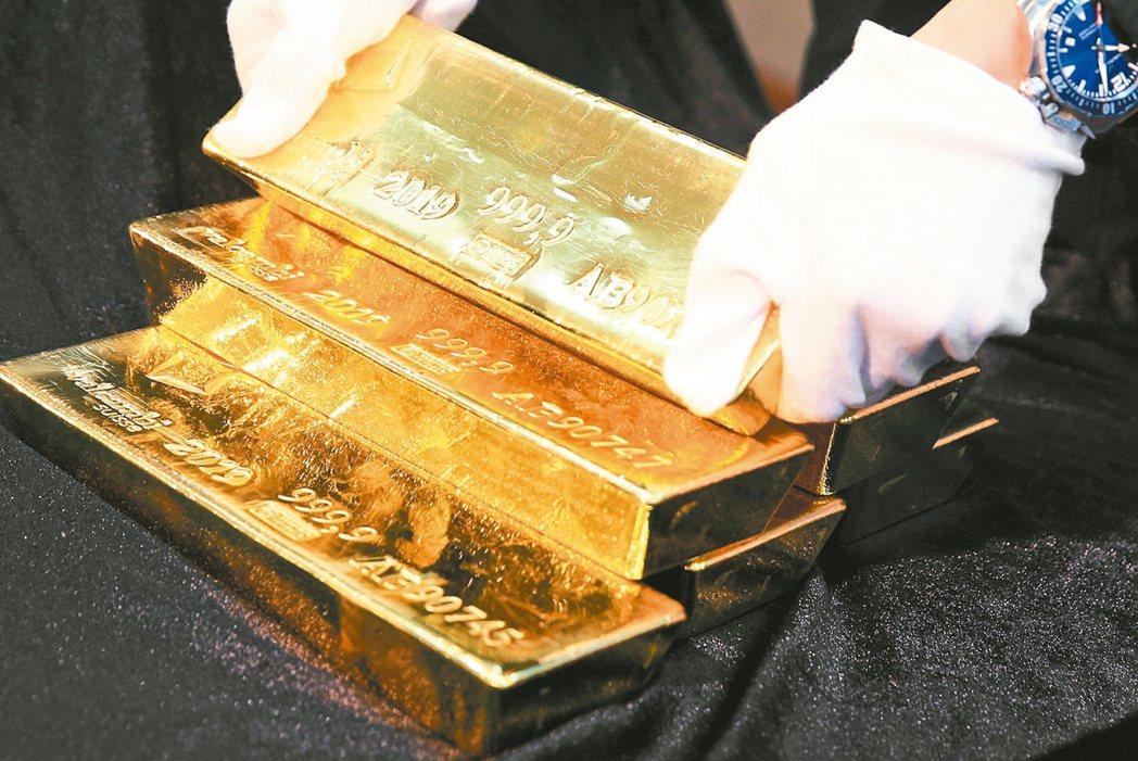 新品庚子鼠年貴金屬上市記者會上午舉行,現場展示金磚(見圖)。 記者陳正興/攝影