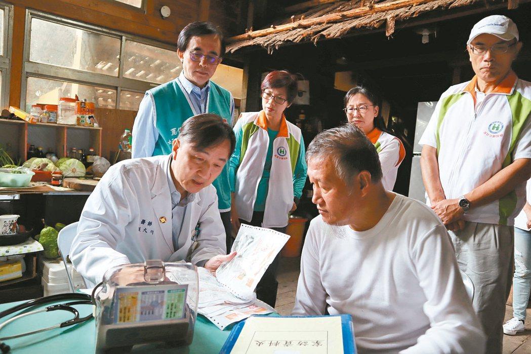馬偕醫療團在尖石居民家中診察。 圖/馬偕醫院提供