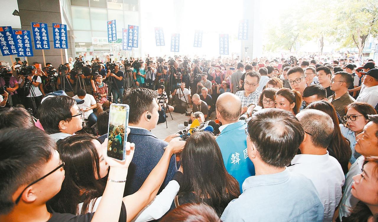 韓粉手持標語到鳳山行政中心表達支持。 記者劉學聖/攝影