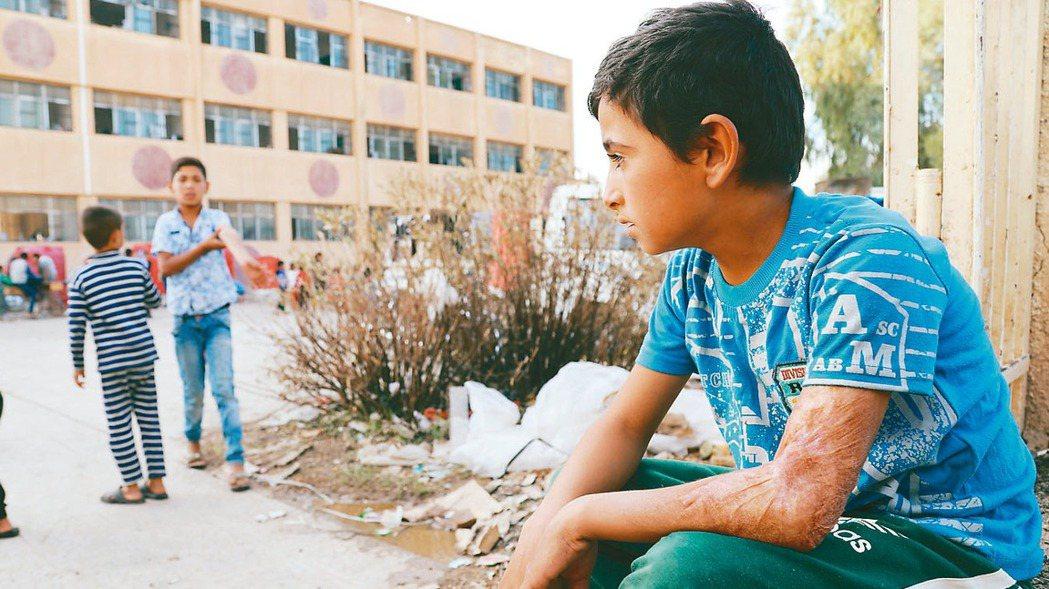 土耳其對敘利亞北部的庫德族發動攻勢後,逃離家園的庫德族孩童暫時在一所學校棲身,一...