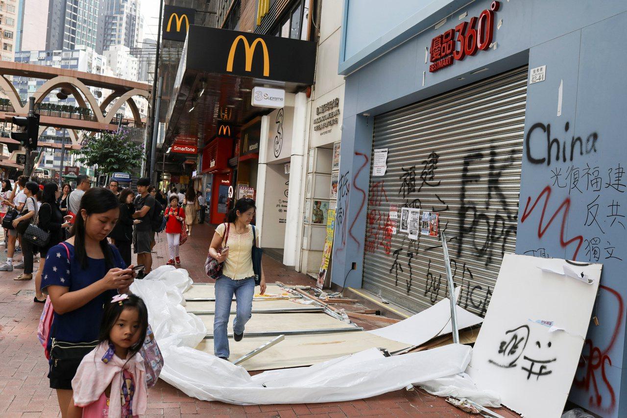 受到反送中抗爭影響,香港許多店家生意大受影響,連帶波及商鋪租金。路透社