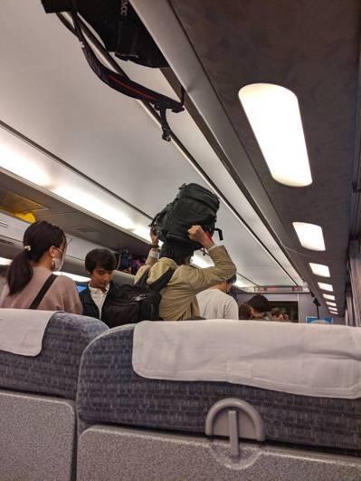 名古屋往金澤列車,在米原湧進許多轉乘旅客,站滿對號車廂。圖/讀者提供