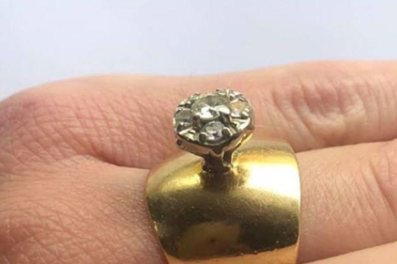 女子秀出自己的家傳戒指,被網友笑稱是史上最醜戒指。圖擷自每日星報