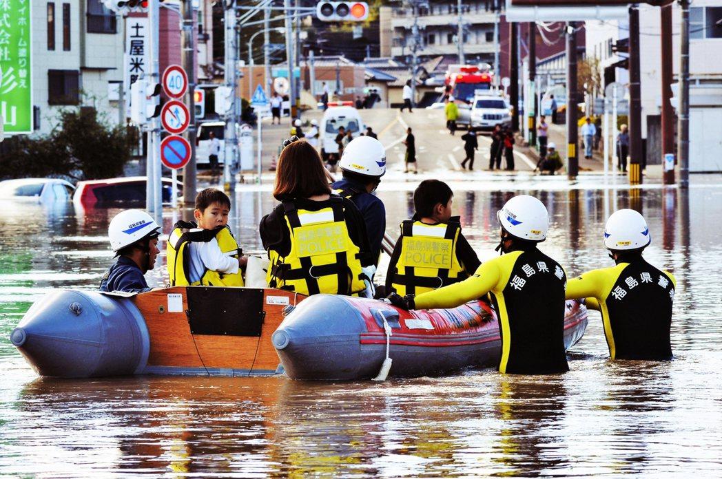 根據日本政府截至15日的統計,颱風已造成66人死亡、15人失蹤、212人受傷,高...