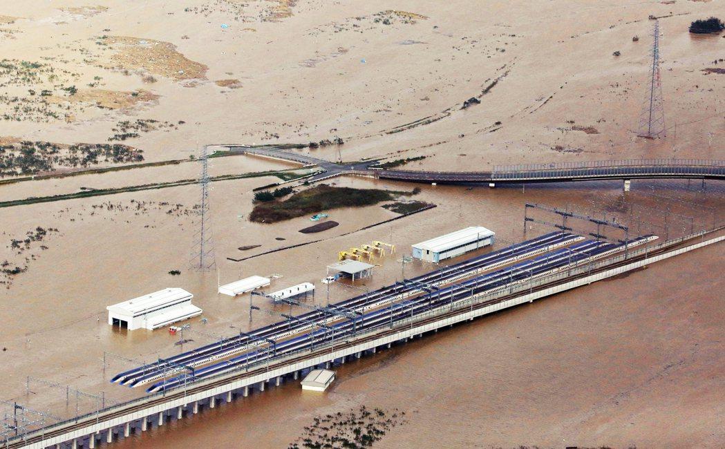 基地連同置放在基地駐車線的新幹線E7 / W7系列車,也都全遭洪水淹沒,列車只剩...