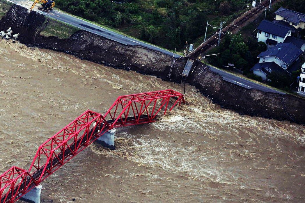 洪水更讓各地的交通系統中斷。圖為被沖斷的上田電鐵千曲川橋梁。 圖/法新社