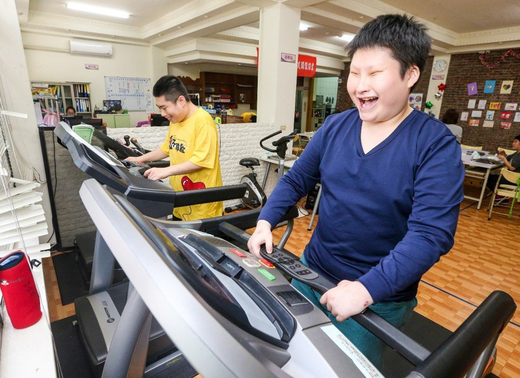 小胖威利症病友們在小胖威利病友關懷協會,每天固定運動,控制飲食,曾統計六個病友九...