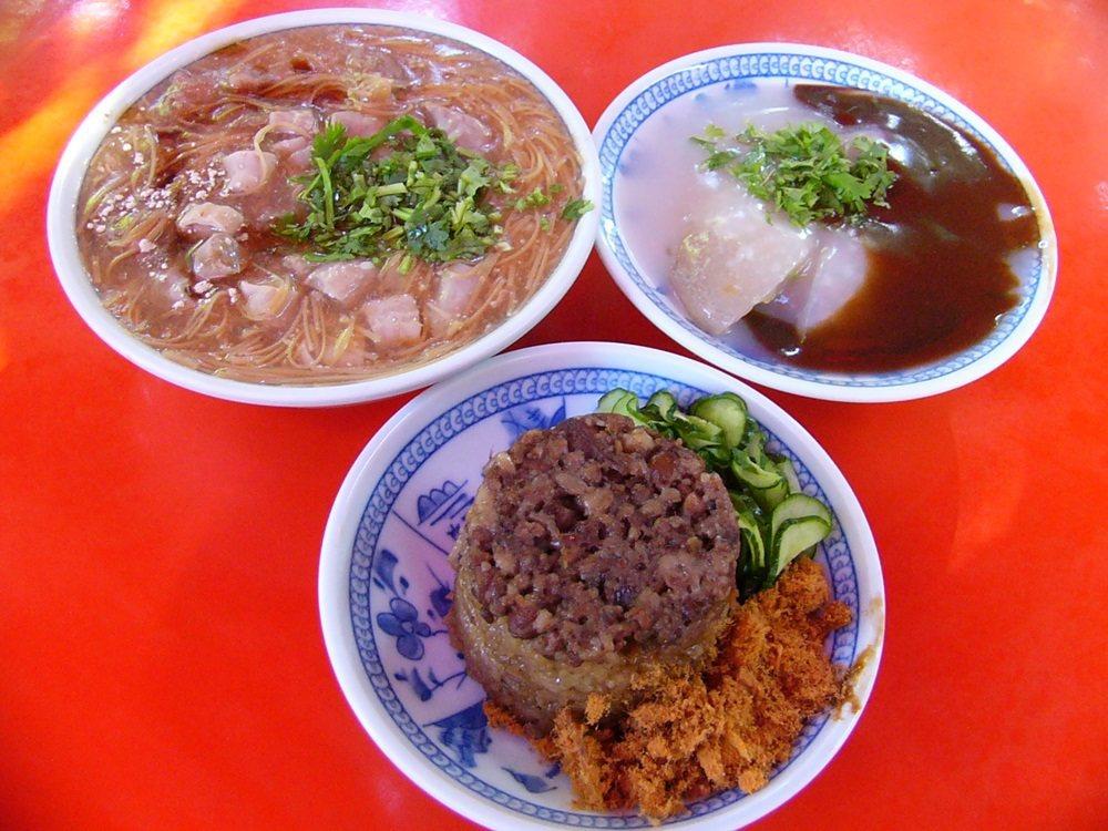 「鳳邑麵線」的麵線糊、米糕及肉丸,口味獨到。 圖/陳景寶攝影
