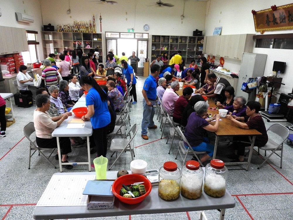 林全勝常到各個社區教導民眾製作仙人掌汁及酵素,致力推廣仙人掌。 圖/林全勝提供
