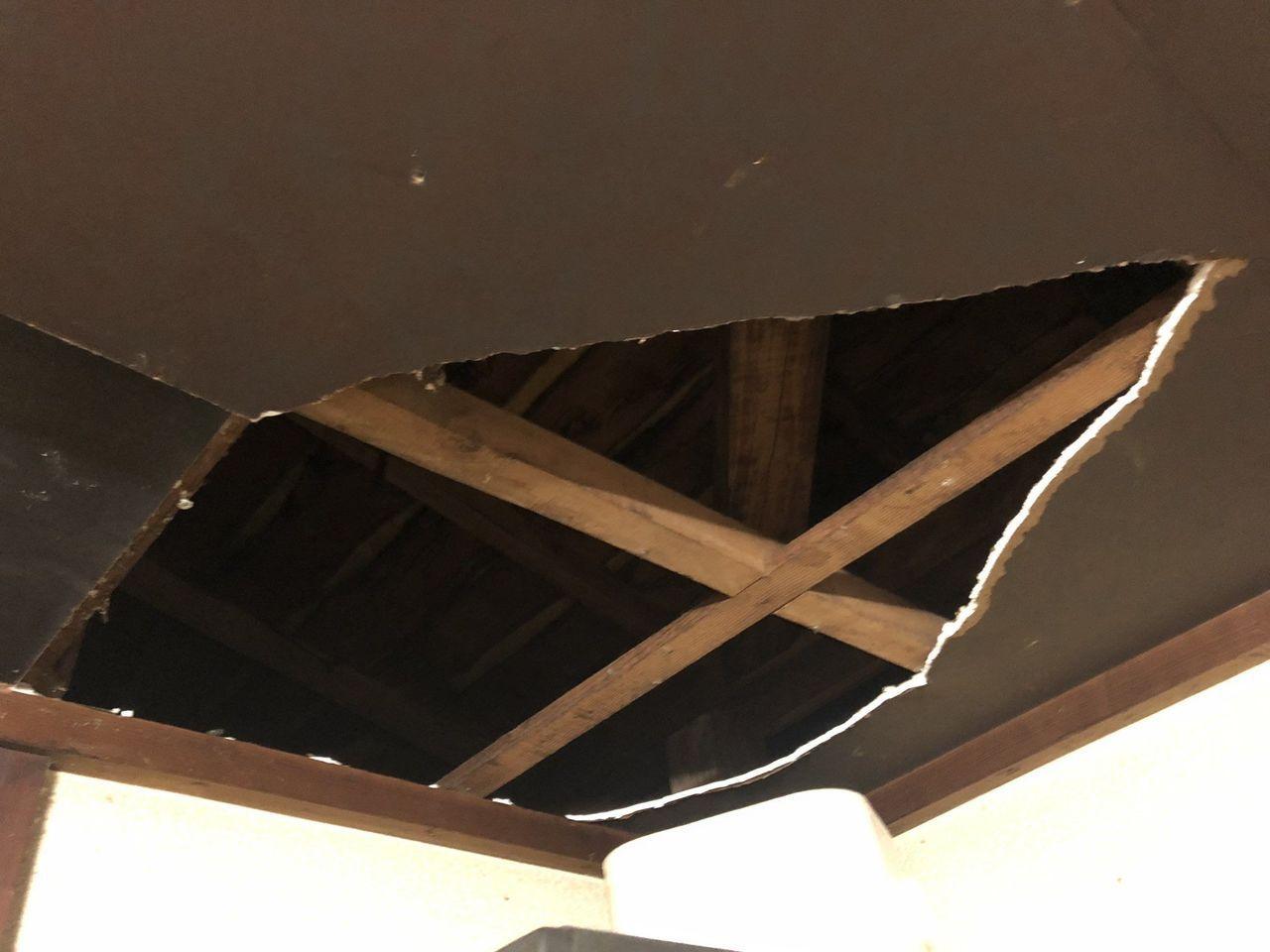受到颱風影響,一名日本網友家中的天花板被強風吹破。圖擷自/Twitter