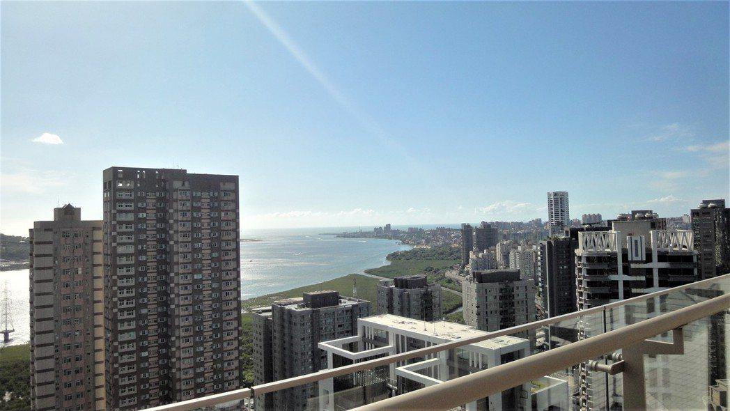 有景觀及房價平民的新北市淡水受港客青睞。圖為由新濠「馥人灣」眺望景觀/倪子仁提供