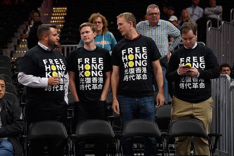 在美國也有球迷挺莫雷,刻意穿著「光復香港」的T-shirt進場看球。 美聯社