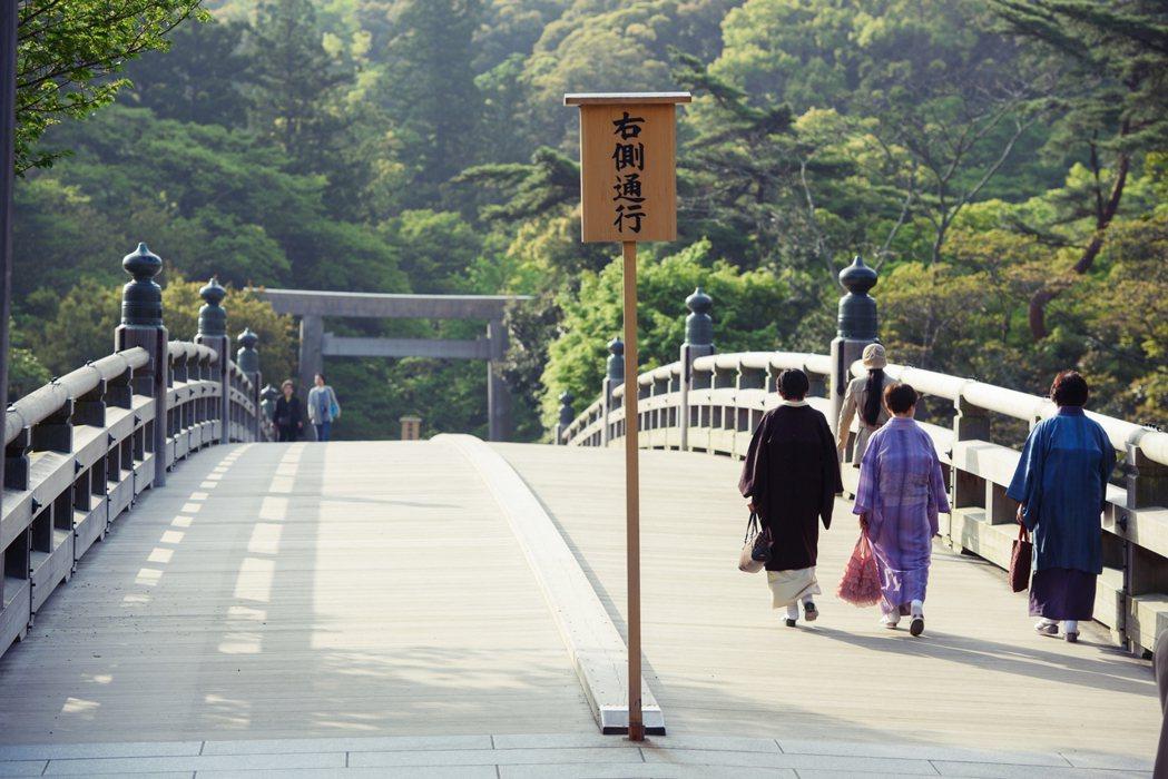 內宮的入口是橫跨五十鈴川的宇治橋,長約100公尺的宇治橋同樣在式年遷宮時會重建,...