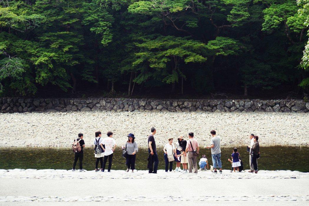 經過五十鈴川的河床,許多人停留在這裡淨手、休息。 攝影/Ting