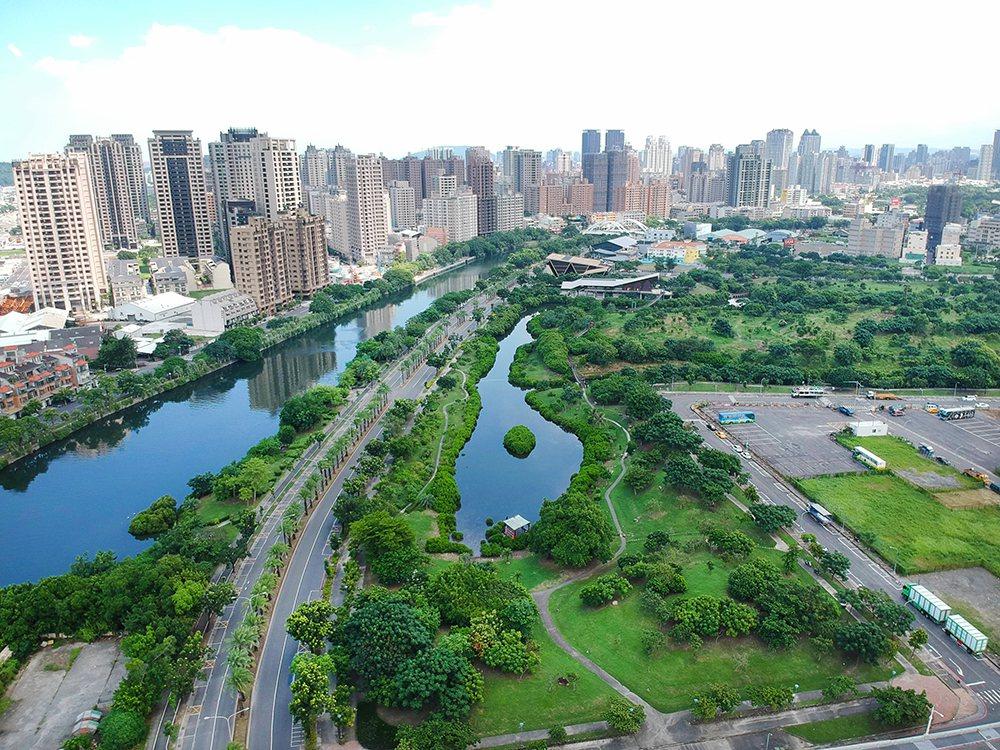 被大樓圍繞的中都濕地公園,是城市裡彌足珍貴的綠意仙境。 (攝影/Cater)