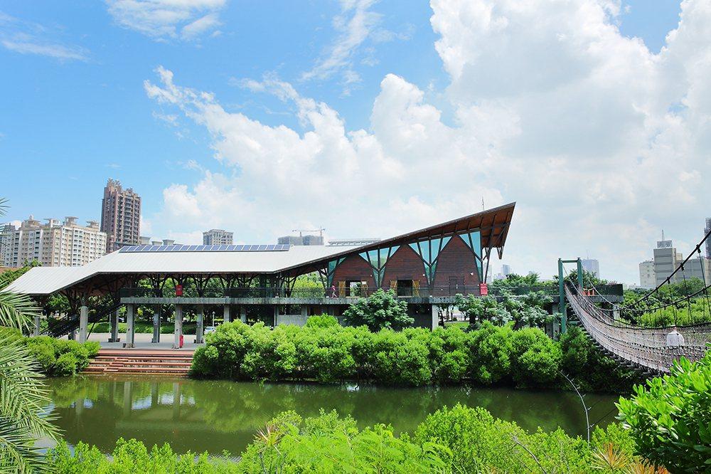 遊客中心有生態展覽,搭配木造建築的設計,更貼合自然景觀。 (攝影/Cater)