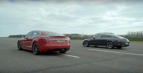 影/高性能房車之戰!電動Tesla還是汽油AMG?