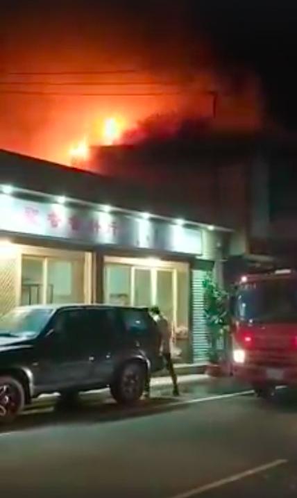 新竹市湳雅街一處民宅晚間10時許發生火災,消防員救出一名62歲廖姓女傷患,疑似吸...
