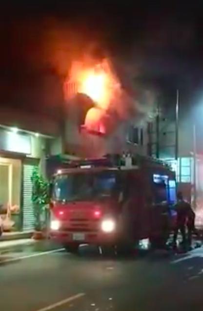 新竹市湳雅街一處民宅晚間10時許發生火災。圖/擷取自「新竹大小事」