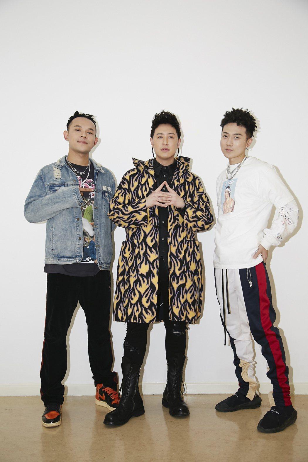 潘瑋柏(中)邀請黃旭(左)、肖恩恩合唱。圖/華納提供