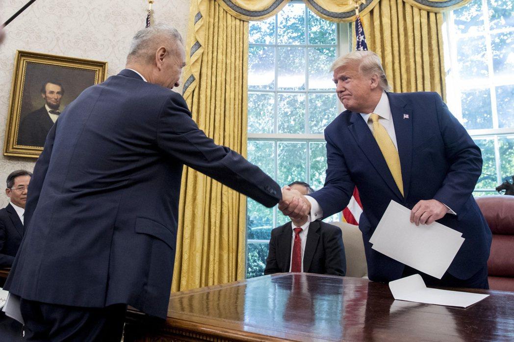 美國總統川普(右)與大陸副總理劉鶴握手。圖/美聯社