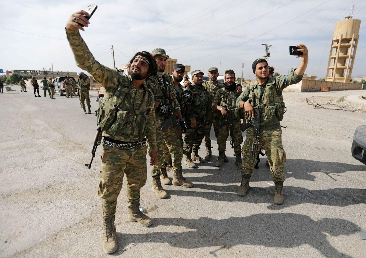 土耳其支持的敘利亞叛軍在邊境城鎮搞自拍。路透