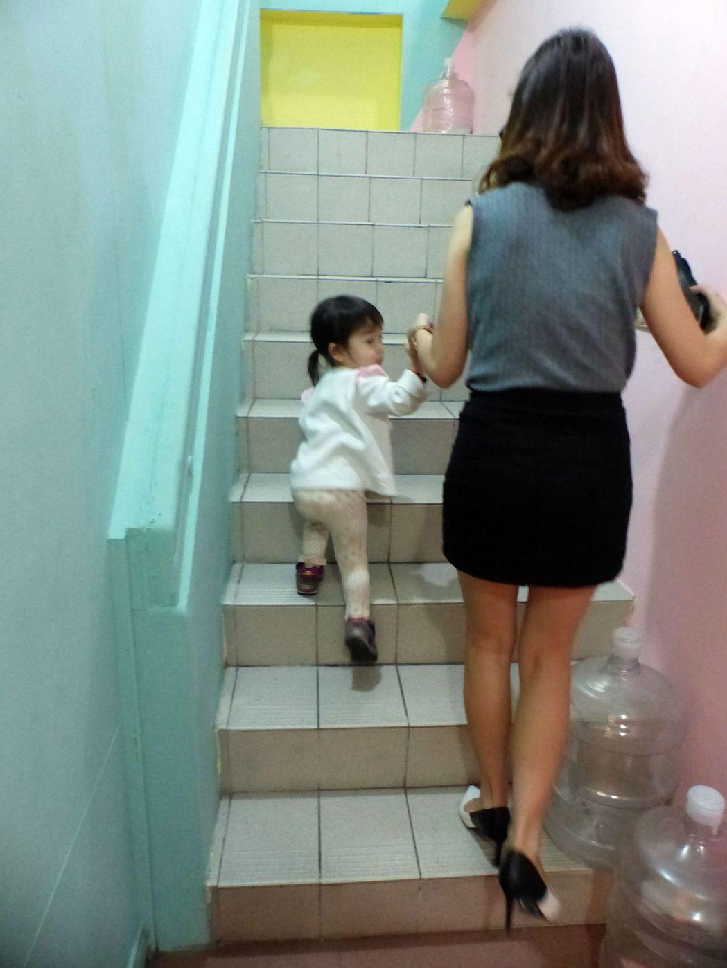 簡文仁建議,女性懷孕期間至產後數月到半年,建議別過度使用膝蓋,像是爬樓梯、爬山、...