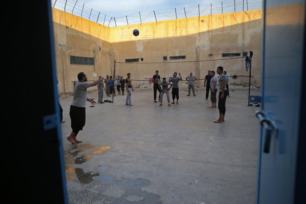 美國總統川普14日推文,暗示庫德族部隊可能故意讓極端組織伊斯蘭國的囚犯逃離監獄或...