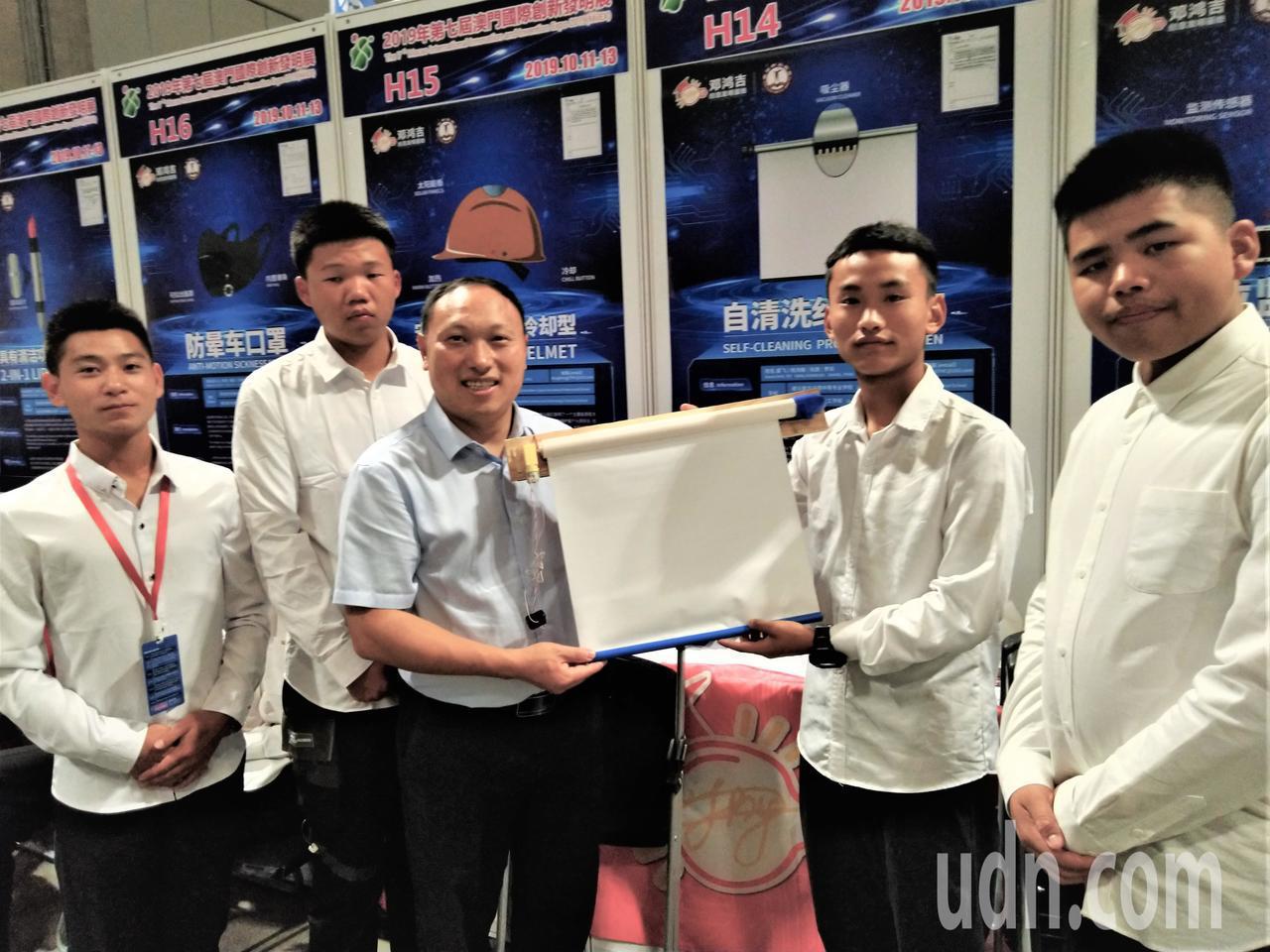 來自中國大陸貴州省的學生在校長桂光輝(左三)帶領下到澳門參加國際發明展。記者黃寅...
