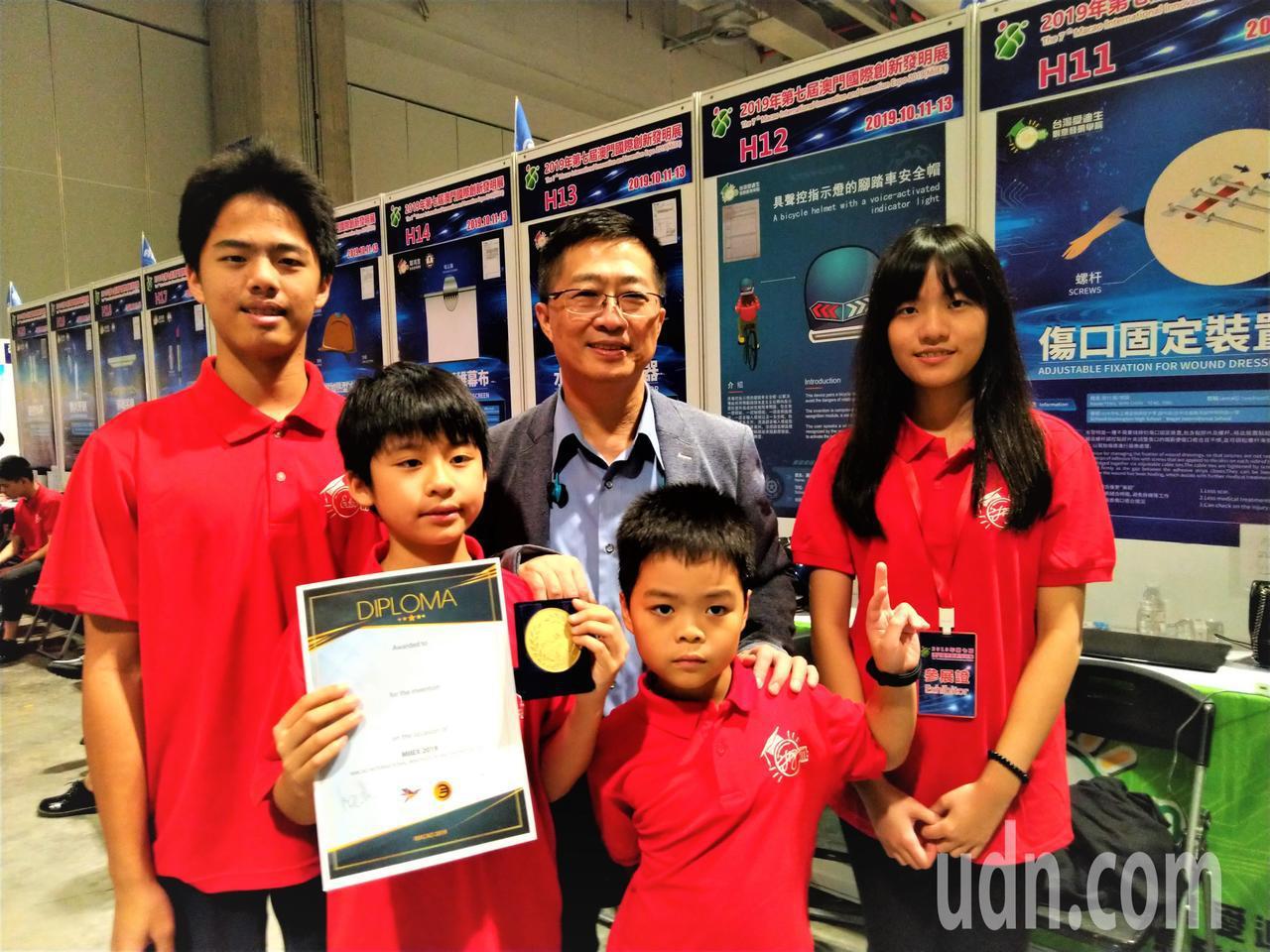 發明老師鄧鴻吉(中)和台灣得獎學生合影。記者黃寅/攝影