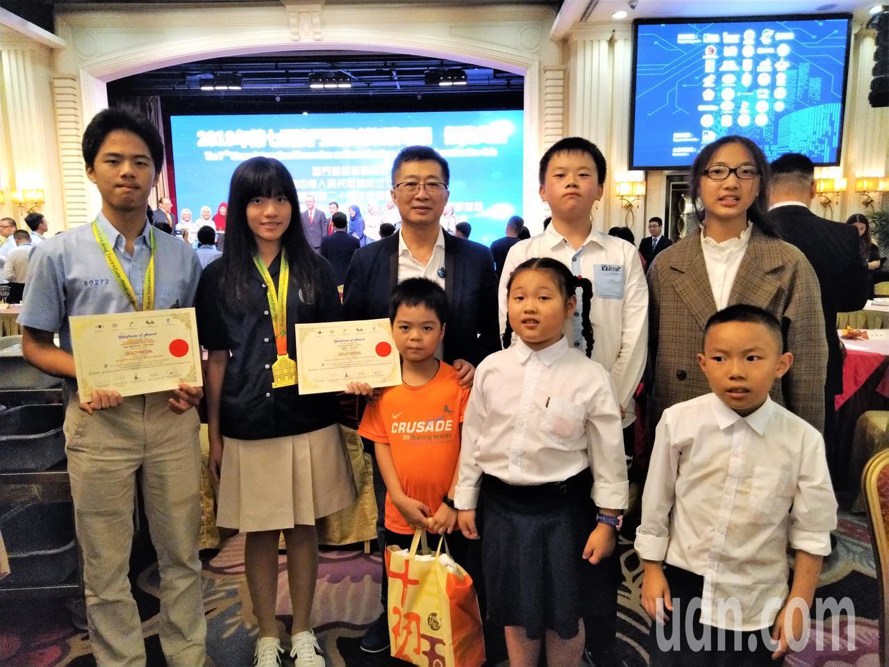 發明老師鄧鴻吉把發明教育帶進大陸,他帶著來自兩岸的學生參加在澳門舉辦的國際發明展...