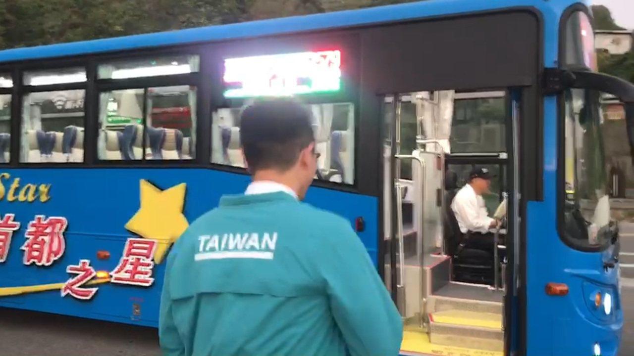 基隆往台北第三條快捷公車中正線昨天通車典禮後,今天上午首航,由八斗子車站發車,終...