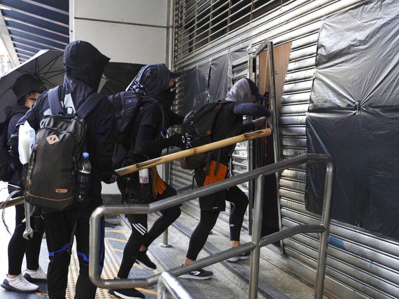 新華社時評認為近來香港各種暴力活動,尤其惡性襲警事件,已達瘋狂地步。(美聯社)