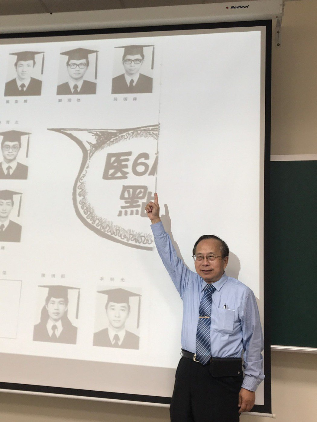 高醫附院院長侯明鋒與25歲的自己合影。圖/高雄醫學大學提供