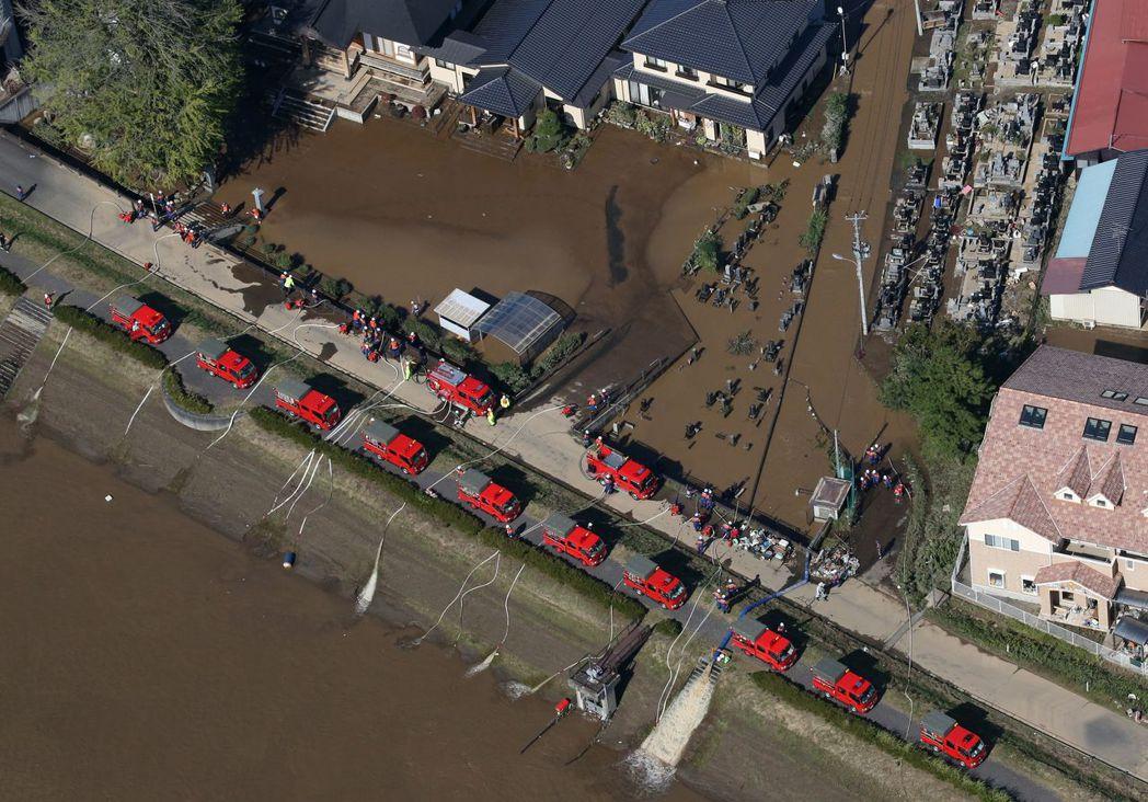 消防車在福島災區排除積水。歐新社