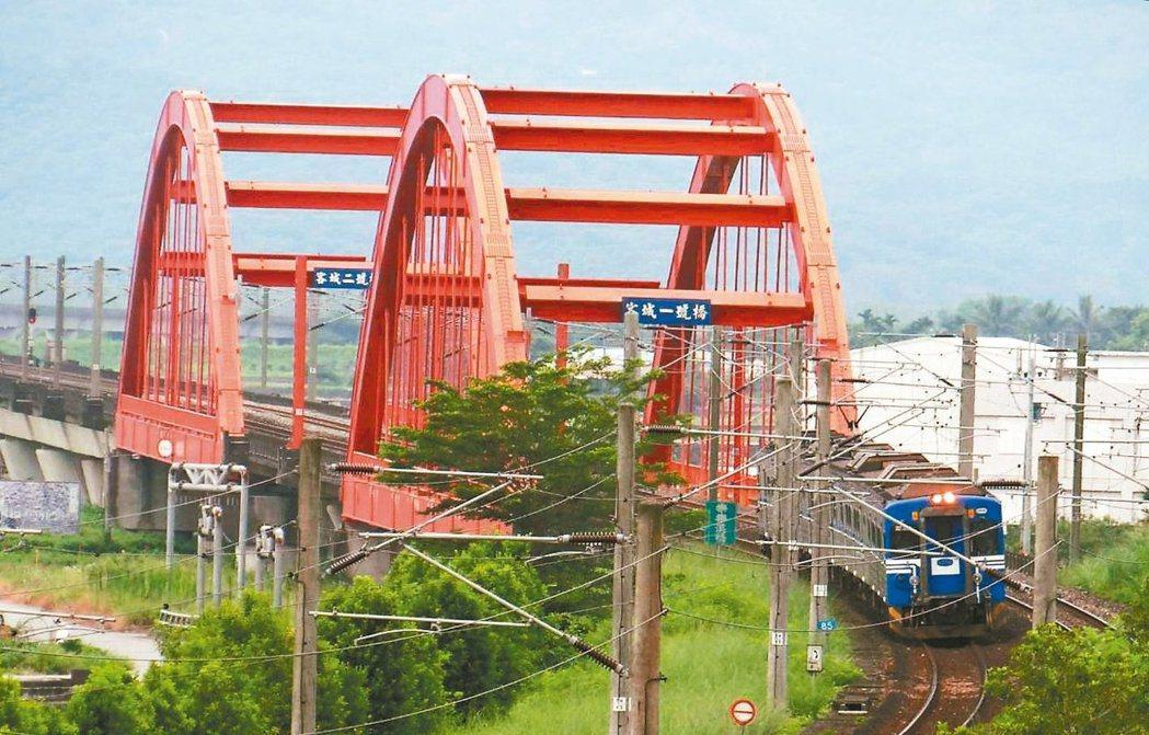 台鐵現有三座跟南方澳跨港大橋一樣,屬於鋼纜型的橋梁,圖為客城橋一號和二號橋。 圖...