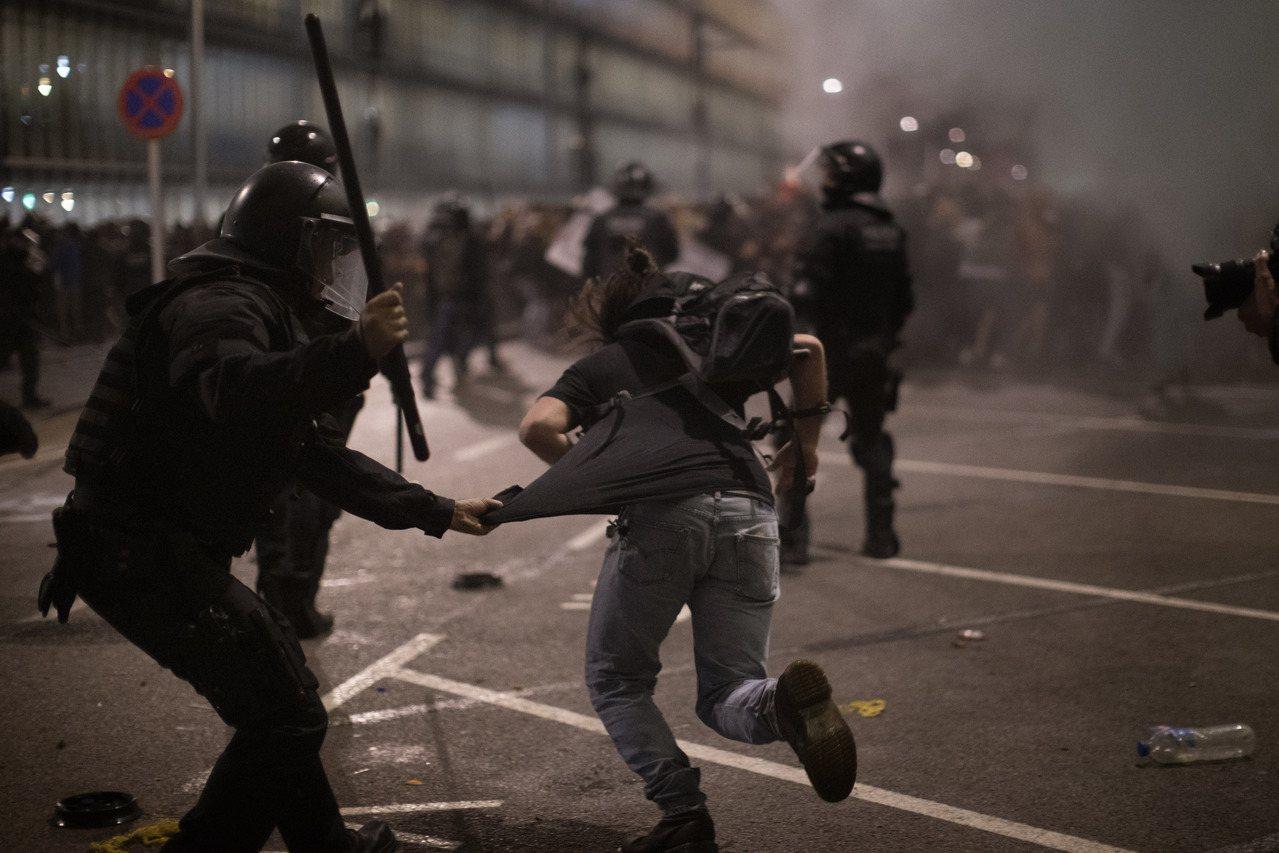 西班牙最高法院對加獨領導者做出裁決後,大批民眾湧入機場抗議判決不公。美聯社