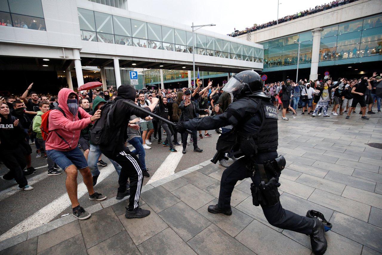 西班牙最高法院對加獨領導者做出裁決後,大批民眾湧入機場抗議判決不公。路透