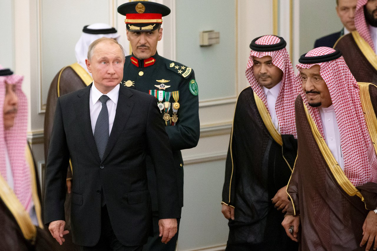 俄羅斯赫然變成中東地區的老大,各方都找俄羅斯總統普亭商討事情。圖為普亭(左)14...