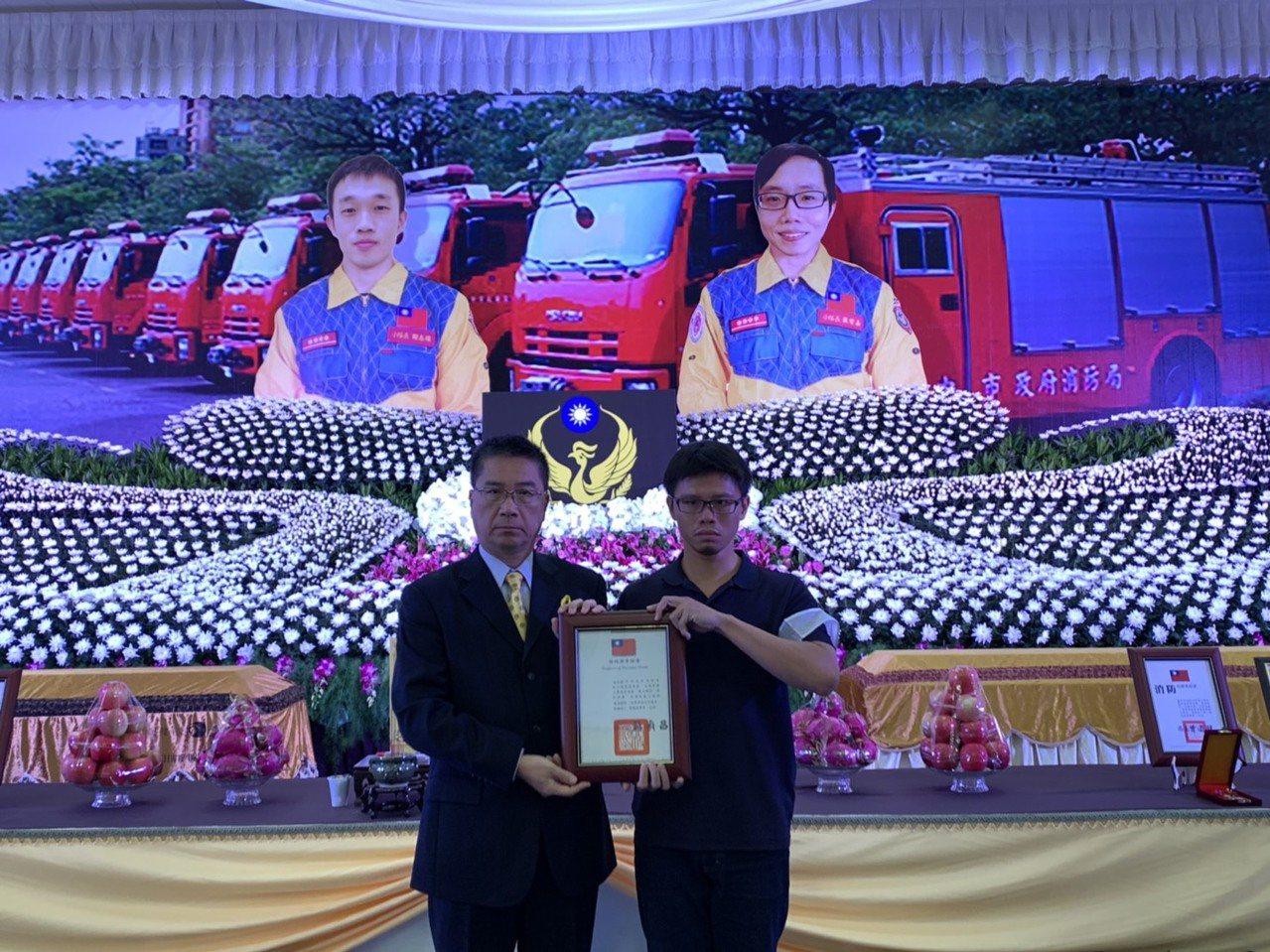 內政部長徐國勇(左)代表頒發褒揚令給家屬。圖/台中市政府消防局提供