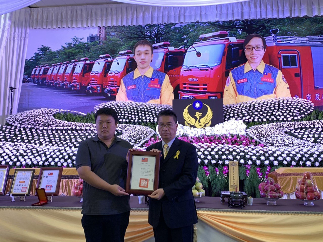 內政部長徐國勇(右)代表頒發褒揚令給家屬。圖/台中市政府消防局提供