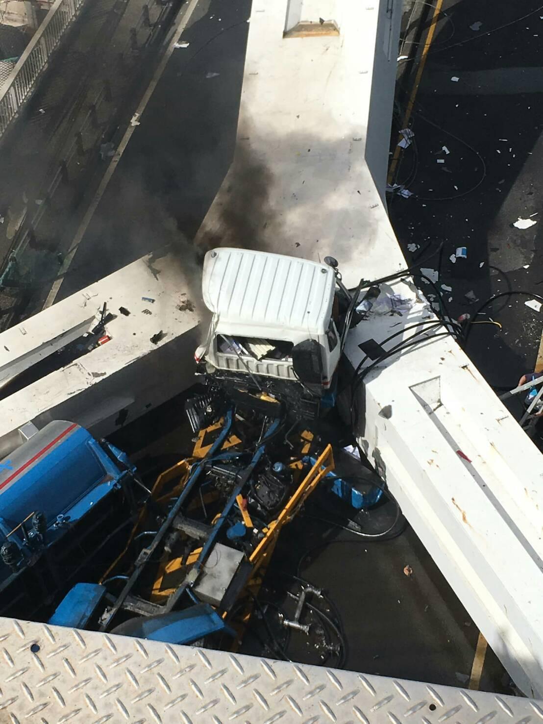 斷橋事發當時,幸好橋上的油罐車沒有掉下去,否則壓到橋下3艘漁船,災害難以想像。圖...