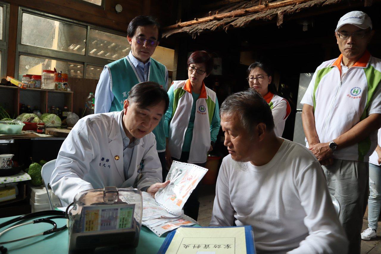 馬偕醫療團,前往尖石居民家中診察。圖/馬偕醫院提供
