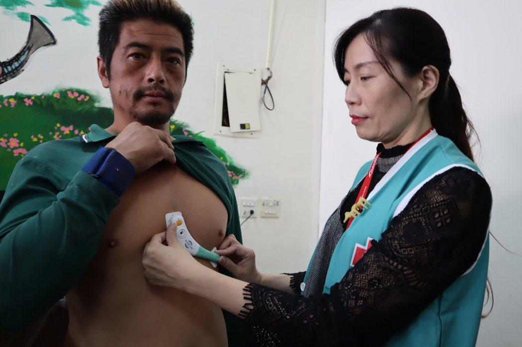 馬偕採用穿戴式設備,在尖石後山進行心血管疾病篩檢。圖/馬偕醫院提供